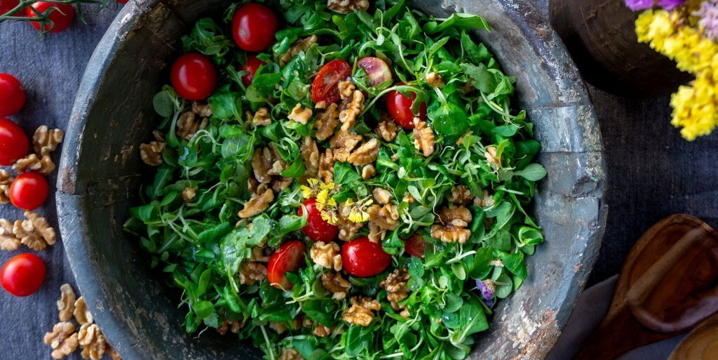 Salad with pecans and tomatoes